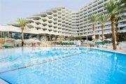 הבריכה והמלון