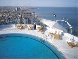בריכת המלון על הגג