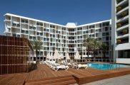 המלון והבריכה
